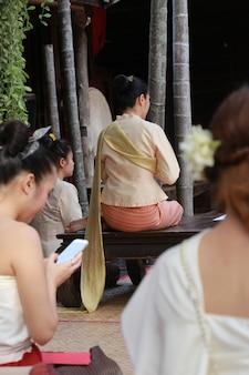 Femmes thaïlandaises avec des vêtements traditionnels