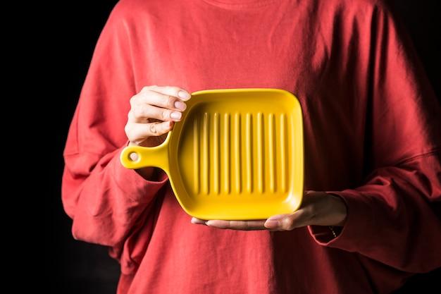 Les femmes tiennent des assiettes à la main.