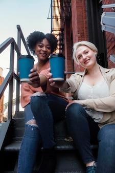Femmes de tir moyen avec des tasses