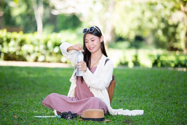 Les femmes touristes boivent de l'eau.