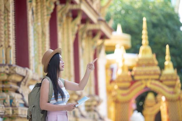 Les femmes touristes détiennent une carte pour trouver des lieux.