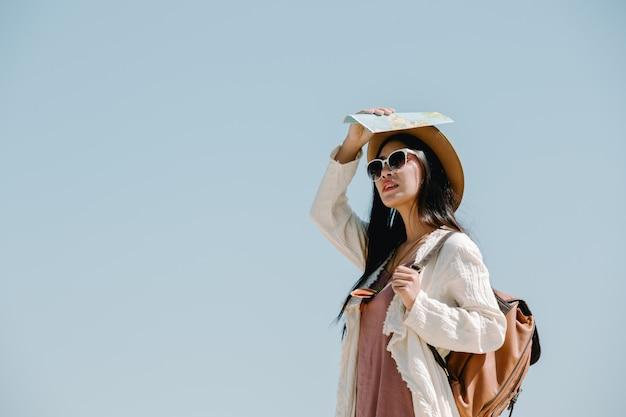 Les femmes touristes étendent leurs bras et tiennent leurs ailes