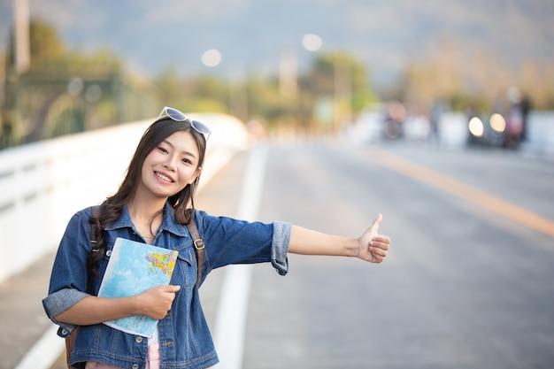 Les femmes touristes ont une carte de voyage heureuse.