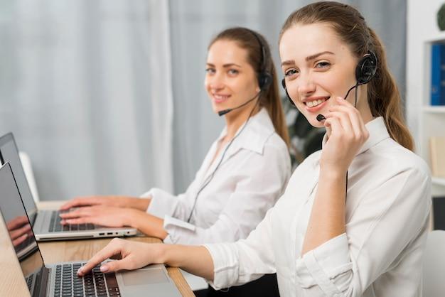 Femmes travaillant dans un centre d'appels