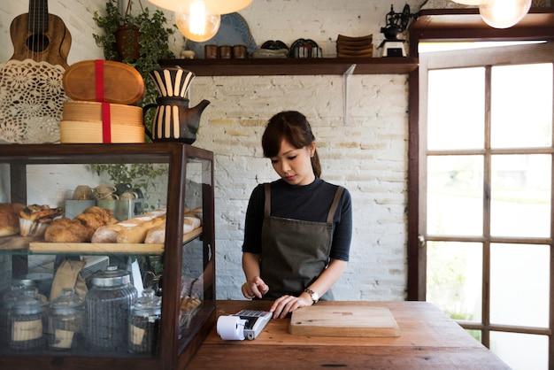 Femmes travaillant dans sa boulangerie