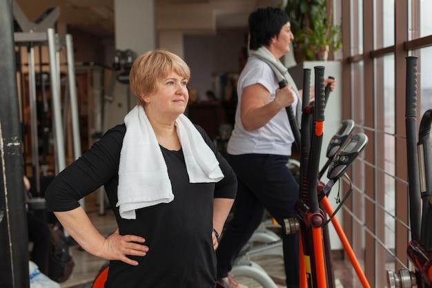 Femmes travaillant sur tapis roulant