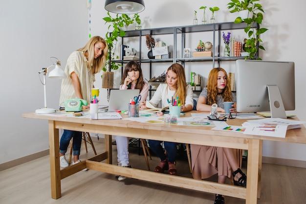 Les femmes travaillent ensemble