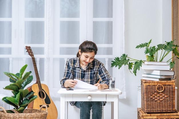 Les femmes travaillent à table et analysent les documents.