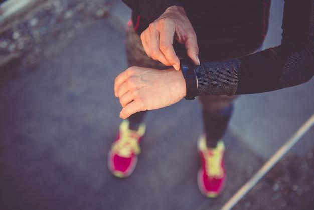 Femmes vérifiant le tracker de fitness