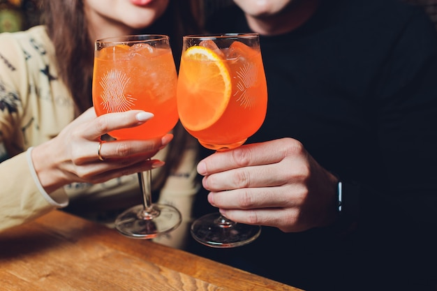 Femmes un verre d'aperol spritz à la table du dîner.