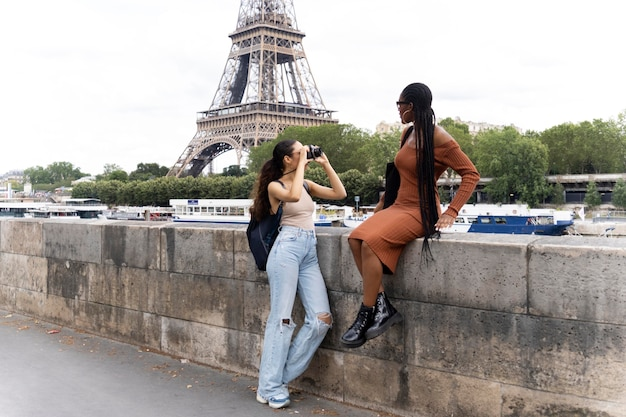 Femmes voyageant et s'amusant ensemble à paris