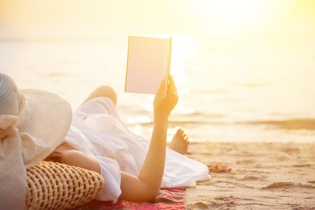 Les femmes voyagent à la mer et à la plage pendant les vacances d'été. copiez l'espace pour le texte