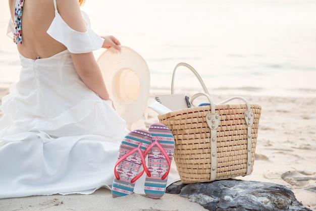 Les femmes voyagent à la mer et à la plage pendant les vacances d'été