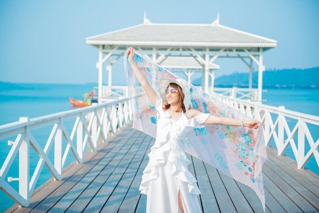 Les femmes voyagent seules à la mer et à la plage en été. chonburi thaïlande.
