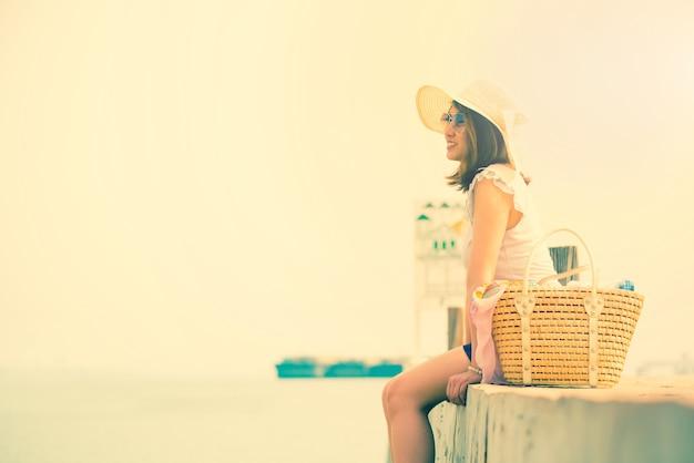 Les Femmes Voyagent Seules à La Mer Et à La Plage En été. Triste Et Seul. Photo Premium