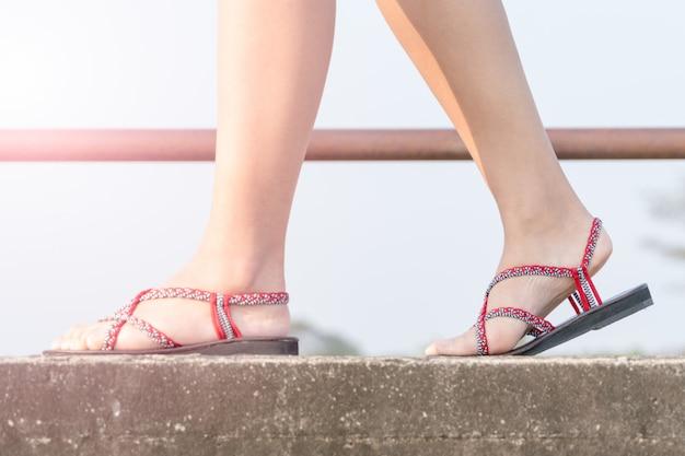 Femmes de voyageurs sur des chaussures de sport marchant sur le pont