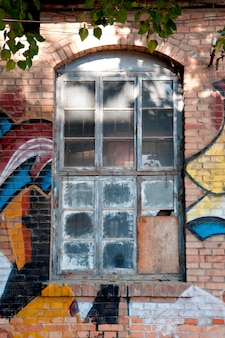 Fenêtre abandonnée d'une ancienne usine du 798 space, district artistique de dashanzi, dashanzi, district de chaoyang, beijing, chine