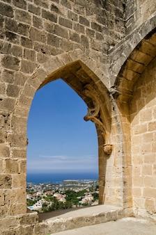 Fenêtre de l'abbaye de bellapais dans le nord de chypre