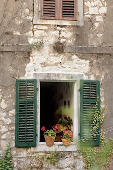 Fenêtre sur l'ancien bâtiment au monténégro
