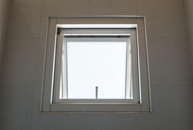 La fenêtre de l'auvent en métal s'ouvre.