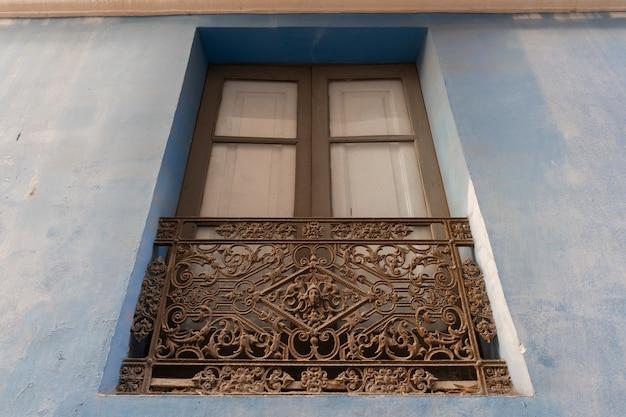 Fenêtre avec balustrade joliment décorée