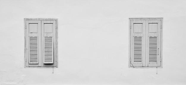 Fenêtre en bois antique à des bâtiments en béton abandonnés.