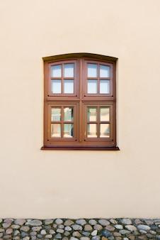 Fenêtre en bois brun dans une maison beige