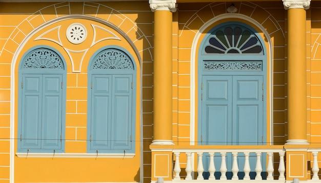 Fenêtre en bois classique du bâtiment en béton jaune