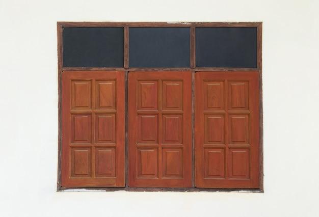 Fenêtre en bois rouge
