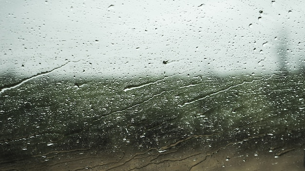 Fenêtre en cristal avec des gouttes d'eau