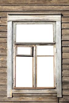 Fenêtre dans une vieille maison en bois. isolé sur fond blanc. photo de haute qualité