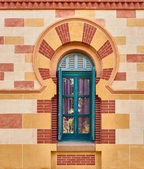 Fenêtre décorée d'une arche colorée de style arabe