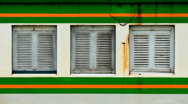 Fenêtre du train à bogie ancien et rouillé