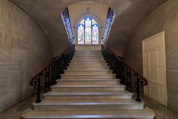 Fenêtre de l'église en face des escaliers