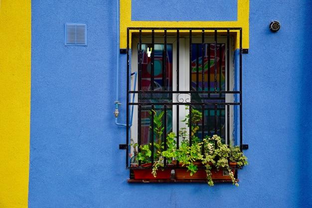Fenêtre sur la façade bleue du bâtiment