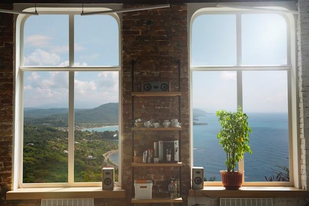 Fenêtre fermée et belle photo à l'extérieur, vue nature, station balnéaire et repos. des étés ensoleillés ou une journée de printemps avec de l'herbe verte, de la mer ou de l'océan, des couleurs vives et éclatantes. tourisme, hôtels ou humeur à la maison.