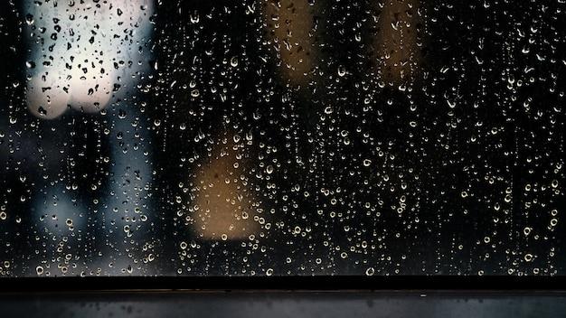 Fenêtre et goutte de pluie dans la copropriété ou l'appartement un jour de pluie à bangkok en thaïlande