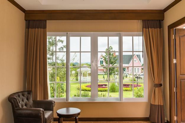 Fenêtre latérale de canapé en cuir marron pour s'asseoir lire un livre, se détendre, la lumière du soleil