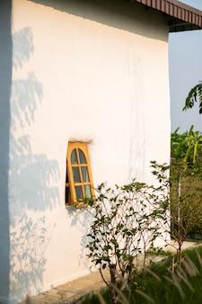 Fenêtre et maison au coucher du soleil