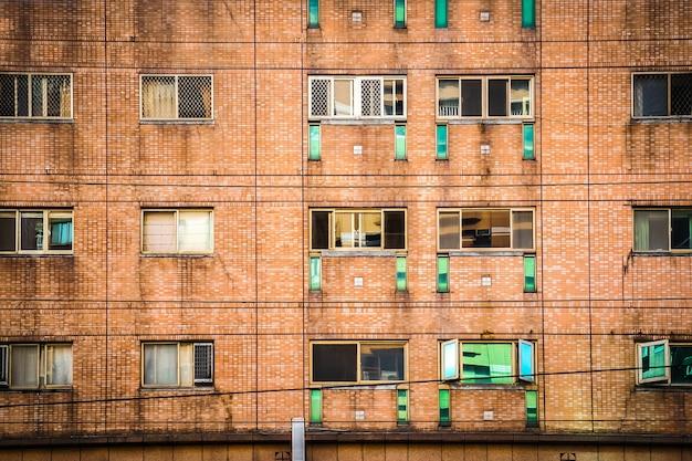 Fenêtre et mur de l'appartement au jour dans la ville de taipei, taiwan.