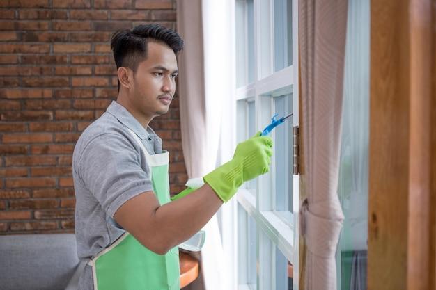 Fenêtre de nettoyage homme