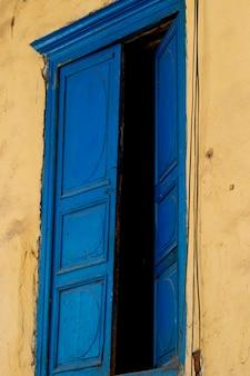 Fenêtre ouverte d'une maison, cuzco, pérou
