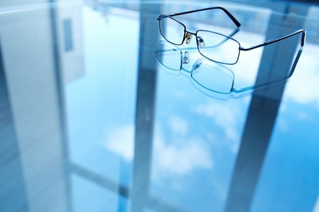 Fenêtre réfléchi sur la table de bureau