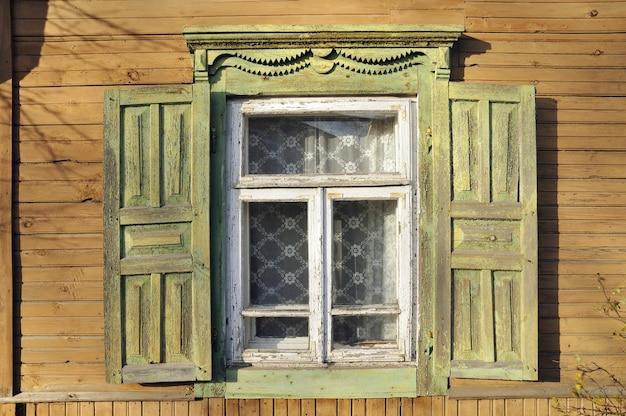 Fenêtre de style ancien avec volets en bois ouverts