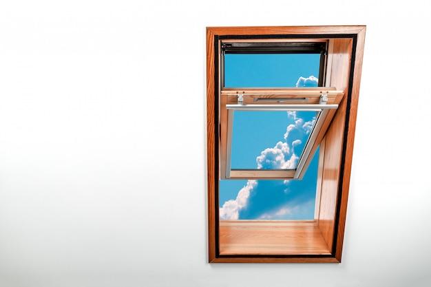 Fenêtre de toit ouverte, puits de lumière