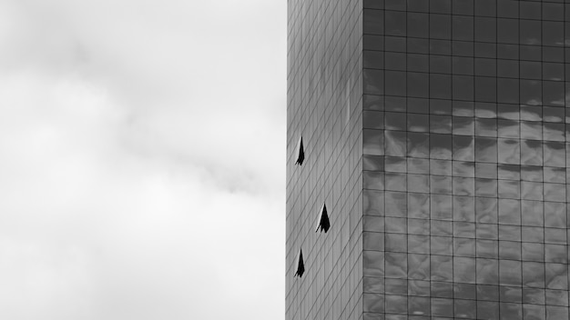 La fenêtre en verre est ouverte dans le bâtiment moderne - monochrome