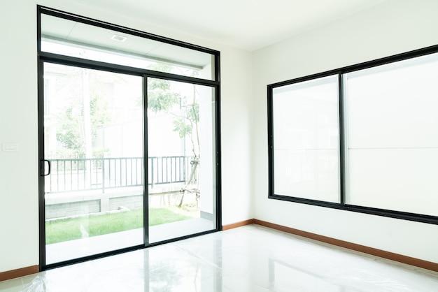 Fenêtre en verre vide et porte dans la maison
