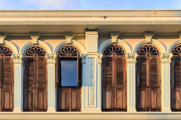 Fenêtre vintage ou style sino-portugais dans la vieille ville de phuket, thaïlande