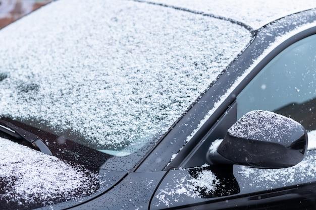 Fenêtre de voiture enneigée