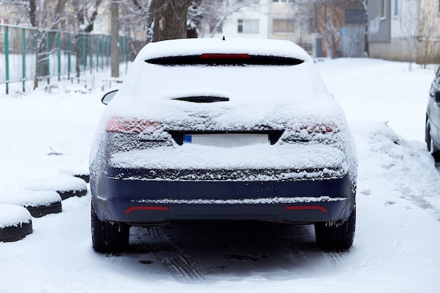 Fenêtre de voiture garée dans la rue en journée d'hiver, vue arrière. maquette pour autocollant ou décalcomanies